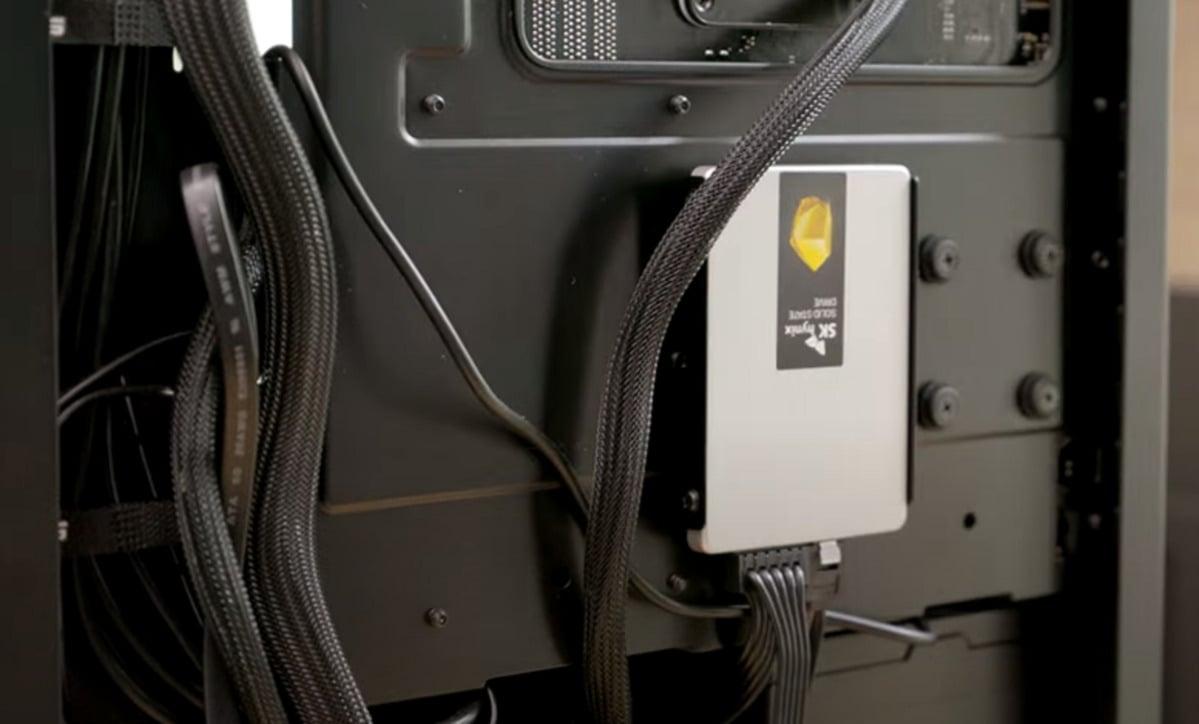 Disk SSD v provedení SATA můžete připevnit přímo k počítačové skříni.