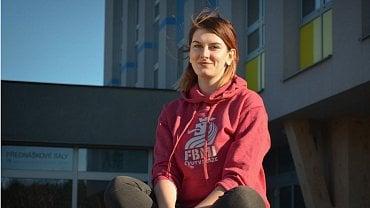 Studentka FBMI ČVUT Alžběta Šabouková zachránila život řidičce zaklíněné v autě.