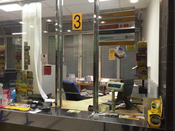Platební terminál na karty je na každé přepážce. (Pošta Praha 6, 7.10.2015)