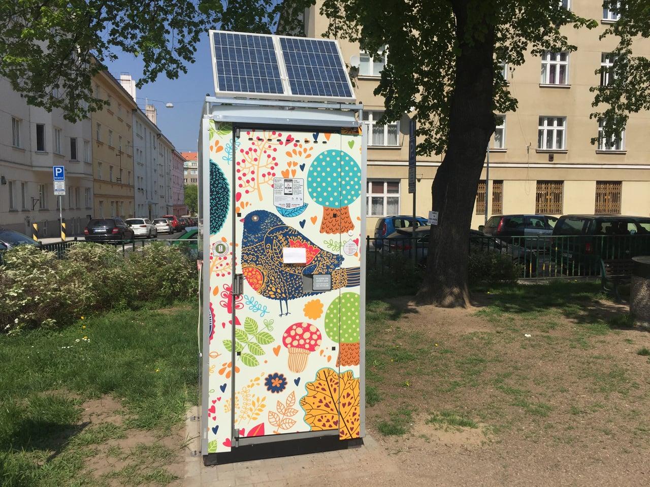 Chytrá kadibudka v Praze v Dejvicích