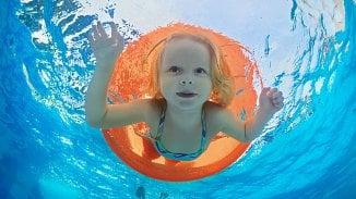 120na80.cz: Jaké plavecké pomůcky vaše dítě ochrání?