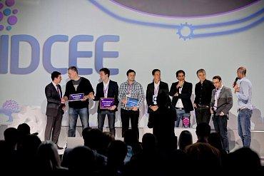 Marián Škvarek, na snímku čtvrtý zleva, scenou €5000za třetí místo.