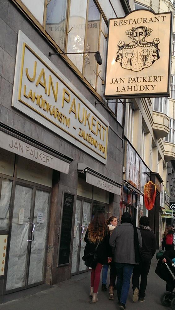 SZPI uzavřela slavné pražské lahůdkářství Jan Paukert.
