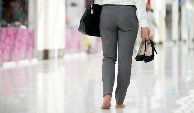 Bolestí lezla po čtyřech. Prodavači v obchodních centrech musí celý den stát 3a491c60cf