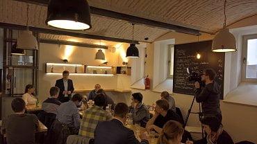Tisková konference na téma Podvedení klienti. Restaurace Bistro'Os, Praha 6. 3. 2018
