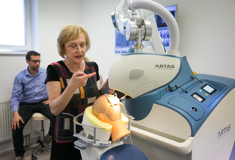 Představení robotické transplantace vlasů