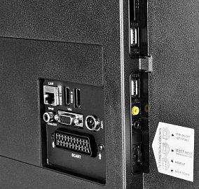 Konektory a multifunkční ovládací tlačítko je umístěno na levném boku. I když to na snímku není vidět, rozhraní jsou hodně utopena (asi 21 cm od okraje).