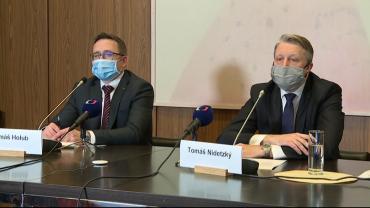 Dva členové Rady ČNB: Zleva Tomáš Holub a viceguvernér Tomáš Nidetzký. Prinscreen z online tiskové konference z 26. 3. 2020.