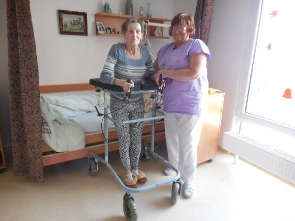 Dr. Kusáková s paní, která po příchodu do domova pro seniory už jen ležela. Po citikolinové kúře se opět postavila na nohy.