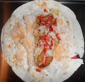 Placka s horou rýže a 30g masa - to je Kuřecí wrap z Famagusty