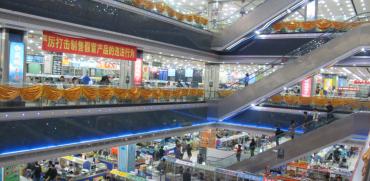 Trh s elektronikou v Huaqiangbei.