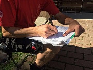 Kurýrem je řidič dodávky DPD. Před vchodem podepisujeme smlouvu a kurýr předává obálku s dokumenty s číslem účtu, obchodními podmínkami a sazebníkem banky.