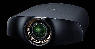 Sony VPL-VW1100ES je projektor vyzařující obraz přes tekuté krystaly umístěné na miniaturní křemíkové destičce (SXRD – LCoS). Všechny projektory tohoto typu, které jsem viděl ve funkci (JVC a Sony) nabízely excelentní obraz a za žádný televizor bych je nevyměnil. Včetně OLED…