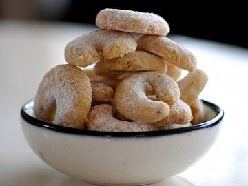 Těsta obvykle s vlašskými ořechy a vanilínovým cukrem pro menší i větší rohlíčky. Po upečení ještě teplé obalte v moučkovém cukru. Cena za kg: obvykle 72–117 Kč