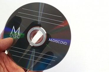 """M-Disc poněkud klame vzhledem – je totiž částečně průhledný. To k """"superodolnému"""" médiu příliš nesedí."""