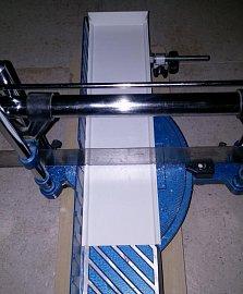 Kryt zásuvky kombinované s podlahovou štěrbinou snadno zkrátíte na potřebnou délku, případně vyříznete podle podlahové lišty.