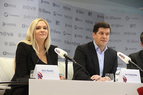 Programová ředitelka Novy Alex Ruzek a generální ředitel Jan Andruško si nechali překvapení pro novináře i diváky internetového kanálu Nova News až na konec tiskové konference k jarnímu programovému schématu.