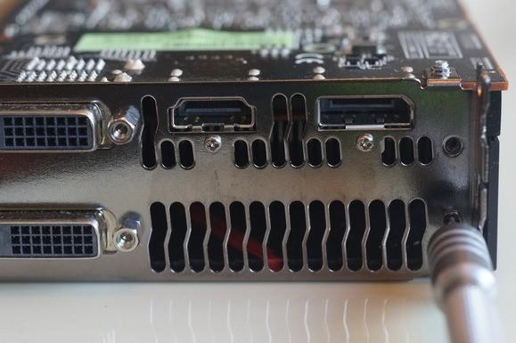 Pro odebrání krytu větráčku musíte na grafické kartě Radeon R9 290 nebo 290X odšroubovat i dva šroubky z přední části karty