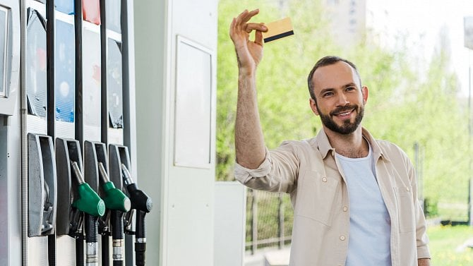 Zvýšily se sazby náhrady za pohonné hmoty. Kolik zaměstnanec tedy dostane?