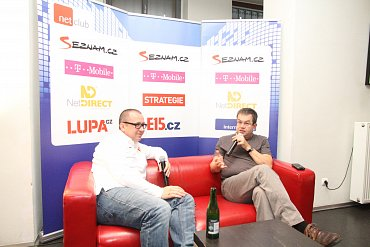 Petr Koubský (vpravo) zpovídá Pavla Krbce.