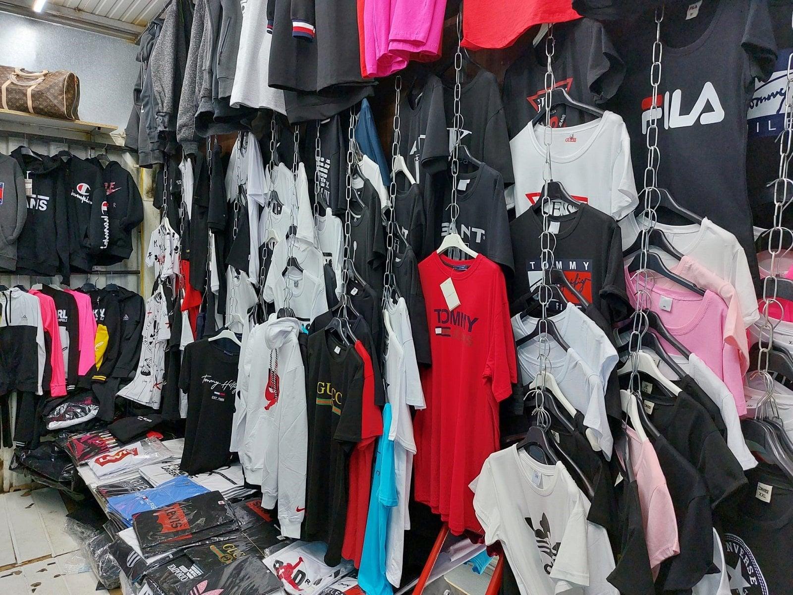 Razie v pražské tržnici SAPA