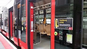 Značení na dveřích tramvaje - zde je možné platit platební kartou.