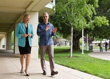 Šéf Applu Tim Cook s ředitelkou IBM Virginií Rometty.