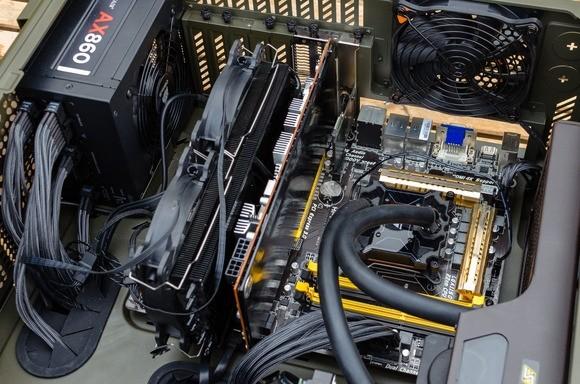 Plně funkční základní deska nainstalovaná uvnitř počítače a připravená k provozu