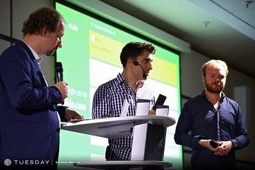 Petr Šmíd (uprostřed) aTomáš Böhm (vpravo) zodpovídají dotazy zpublika na MIF2018; moderuje David Slížek (vlevo)