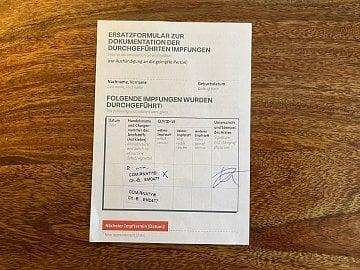 Certifikát o očkování, který dorazil poštou z Německa.