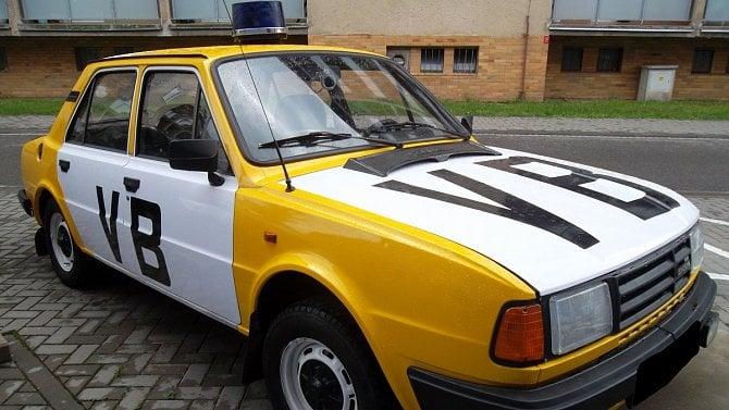 """Berňák ji sebral dlužníkovi. Teď může být Škoda 125v """"dobových barvách"""" vaše"""