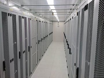 Do jednoho malého sálu se vejde 34 racků.