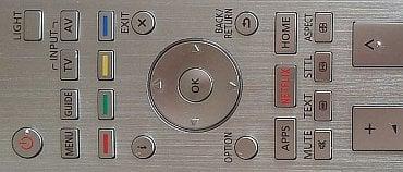 Někdy se ovladač díky stříbrné barvě sice trochu více leskne, ale většinou je výborně čitelný. Jak vidíte, lze ho také díky tlačítku Light kdykoli osvítit.