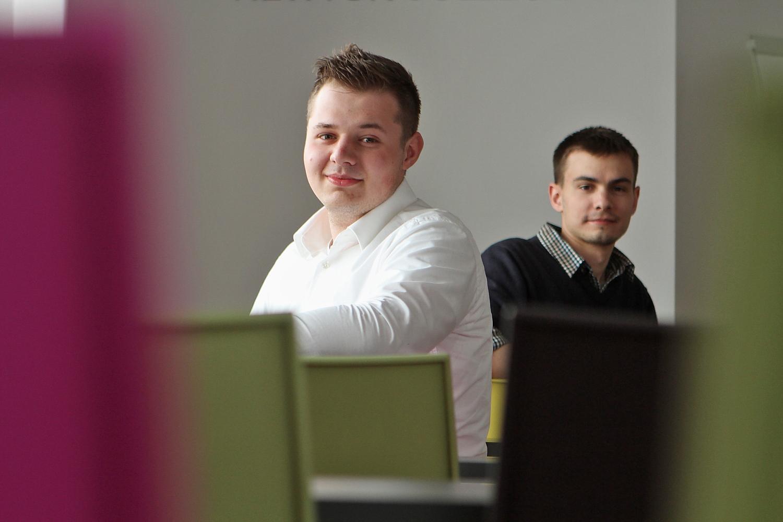 Dva mladí studenti tvoří web s komplexními službami pro seniory.