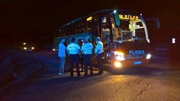 Zastavený autobus polského dopravce jezdícího pro Flixbus. (25. 8. 2020, 21:15 hod.)