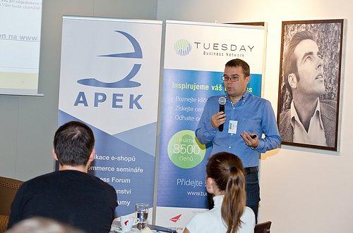 Petr Cikán přednáší na konferenci E-business forum