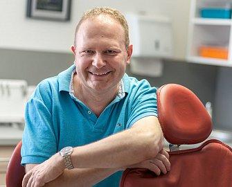 """""""Zubní náhrady nosí většinou starší lidé, péče není vždy taková, jaká by měla být,"""" říká MUDr. et MUDr. Robert Vondruška, zubní lékař"""