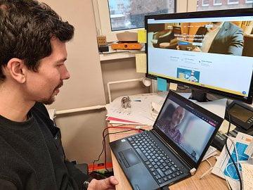 Aleš Zídka (vlevo) během rozhovoru s Daliborem Z. Chvátalem (na displeji notebooku vpravo) přes Microsoft Teams. (29. 01. 2021)