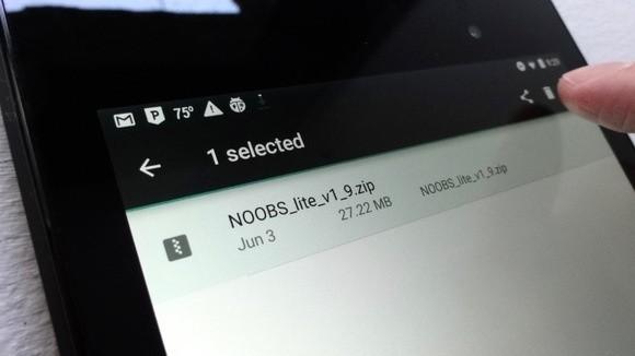 Pokud chcete odstranit ze svého mobilního zařízení soubor nacházející se ve složce Downloads, pak na tento soubor klepněte a držte prst na souboru. Potom klepněte na ikonku koše a soubor je pryč.