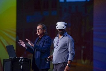 Jeffrey Wright s headsetem pro Mixed Reality na Dell Technologies World 2018