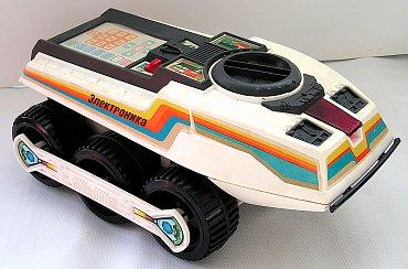 Zajímavé je, že se BIG TRAK, jako řada jiných výrobků ze 70. a 80. let, dočkal nelegálních klonů vyráběných v Sovětském svazu pod označením Elektronika IM-11 Lunochod a Planetochod.