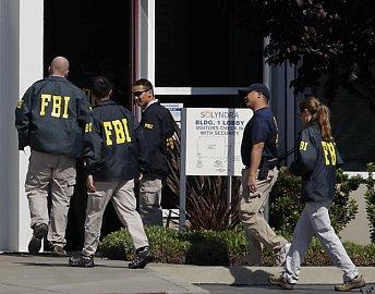 ... a na konci je FBI, vyšetřující, za jakých podmínek se Solyndra dostala k půlmiliardovým investicím a státním pobídkám. Fotografie Obamy v kancelářích Solyndry střídají fotky agentů FBI odnášejících zabavené podklady.