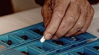 Dávkovače léků: pomocník pro seniory ina cesty