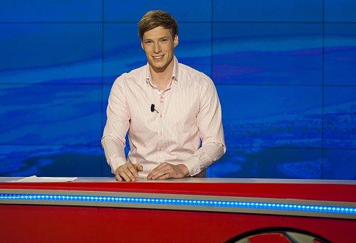 Nový moderátor TV Nova Jakub Kern v jejím zpravodajském studiu.