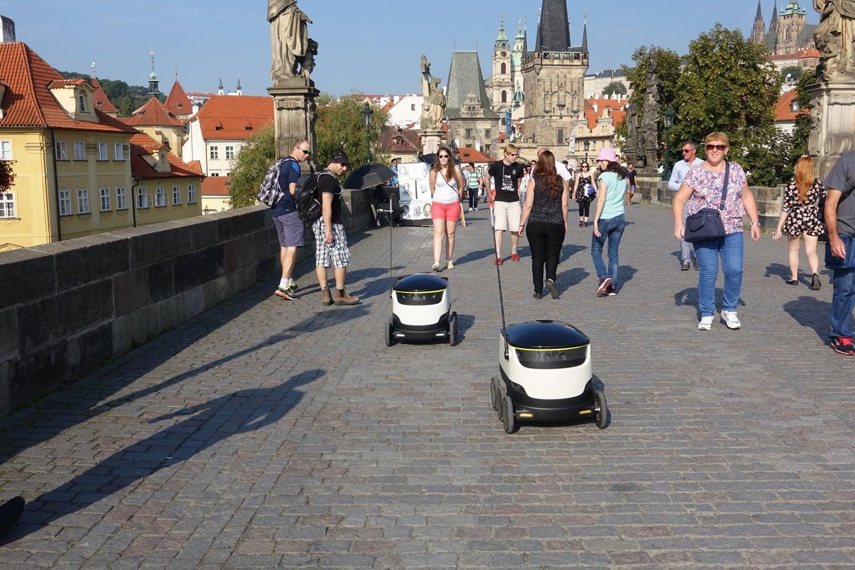Nákup rozvezou po Praze malí roboti