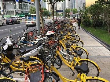 Zástupy sdílených kol v čínských ulicích