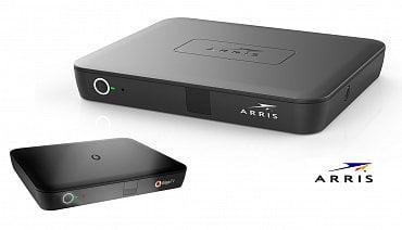 """Arris VIP 6102W. Nahoře standardní tovární verze, vekteré ho používá například americký TDS Telecom, panamský +Móvil, nebo Liberty Puerto Rico (zmiňujeme pouze operátory, které ho provozují sOS Android TV). Dole jako """"Giga TV Box"""" katarské pobočky operátora Vodafone."""