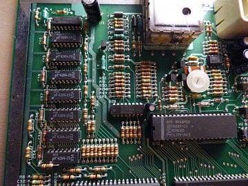 Detail základní desky. Vlevo paměti RAM, vpravo GTIA, nahoře část TV modulátoru.