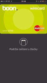 Po vyvolání karty 2x kliknutím na home button se na displeji karta zobrazí. Platbu potvrzujete touch ID.
