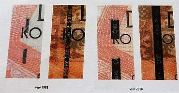 Srovnání ochranných proužků u 200 Kč bankovky. Emise z roku 1997 má proužek o šířce 1,4 mm s opakujícím se negativním mikrotextem. Emise z roku 2018 má proužek o šířce 3 mm se šrafovaným negativním mikrotextem s logem ČNB a nominální hodnotou 200 Kč.